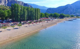 Camping Galeb in Omis offers a holiday by a beautiful sandy beach